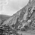 Steenhouwer met zijn hamer aan het werk in de groeve, Bestanddeelnr 254-4039.jpg