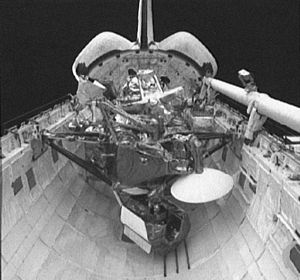 STS-48 - Image: Sts 48 d 13 uars in payload bay 2