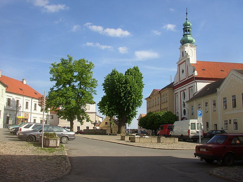 Soubor:Tabor CZ Nicholas-of-Hus Square with Nativity of Virgin Mary Church 316.jpg
