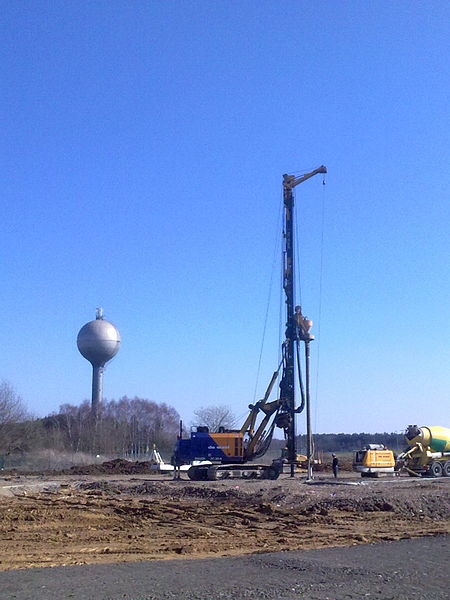 Tarière de génie civil pour creusage de fondation. Vue prise sur le Zoning de Suarlée (Prov. de Namur, Belgique)