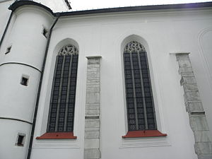 St. Procopius Church, Žďár nad Sázavou - The lateral walls of the nave contain two pairs of apex windows decorated by a tracery consisting of small flames.
