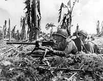 Three 美國海軍陸戰隊 and their machine gun lay heavy fire on a 大日本帝國 狙擊手 nest (July 28, 1944).