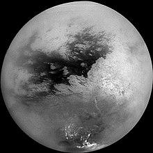 Un mosaico di immagini della superficie di Titano riprese dalla Cassini, filtrando l'atmosfera.