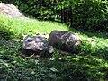 Tukums, kameny a pěšina ve svahu nad železnicí.jpg