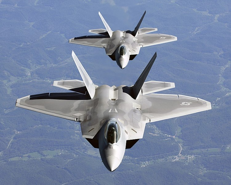 ملف:Two F-22A Raptor in column flight - (Noise reduced).jpg