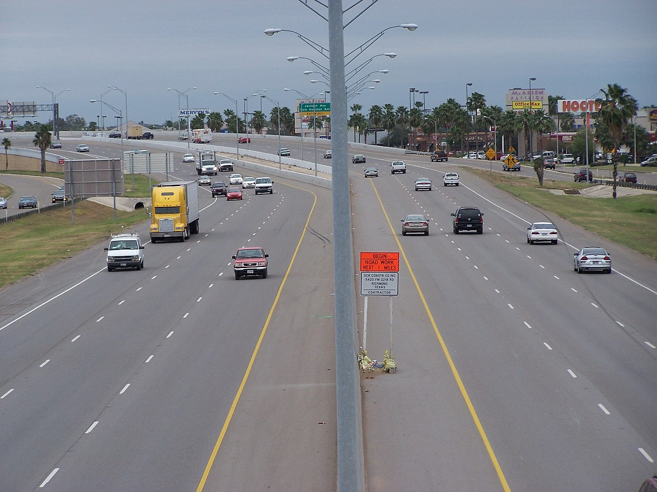 https://upload.wikimedia.org/wikipedia/commons/thumb/2/25/US_Highway_83_in_McAllen,_Texas.jpg/1280px-US_Highway_83_in_McAllen,_Texas.jpg