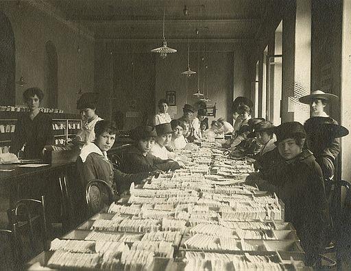 Ufficio postale. Donne al lavoro – Lombardia