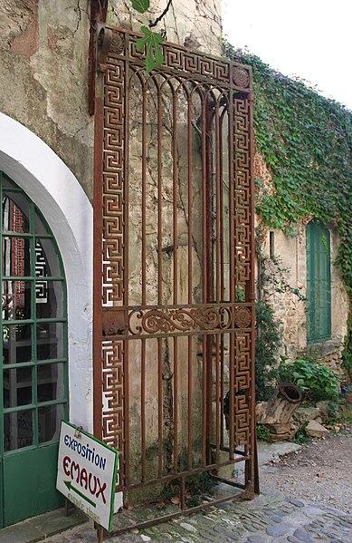 Villeneuvette (Hérault) - grille de la porte ouest.