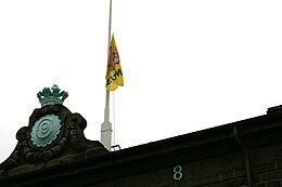 La bandera de Bónus, levantada por Haukur, colgando sobre el edificio del parlamento islandés.