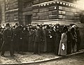 Waiting for suffragettes outside Bow Street, c.1908-1912. (22505697908).jpg