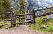 Wandeltocht rond Lago di Pian Palù (1800 m). in het Nationaal park Stelvio (Italië). Houten hekwerk 02.jpg