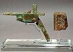 Kinesisk armbrøstmekanisme med en bageplade fra Han-dynastiets tidligste fase eller fra perioden med de kæmpende stater;   gjort af bronze og med indføjet sølv.