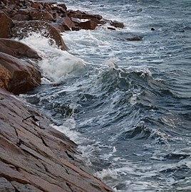 Waves at pier by Havets hus Lysekil.jpg