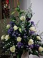 Weiße Rosen und Astern Blumenschmuck.JPG