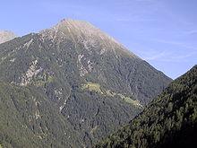 Fianco occidentale del monte Eidechs con i masi del Kammerschien