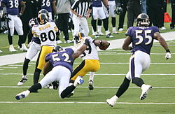 Ray Lewis (52) y Terrell Suggs (55) en un partido vs los Pittsburgh Steelers.