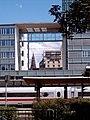 Windfenster im Freiburger Hauptbahnhof mit Verbindungssteg.jpg