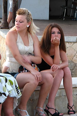 2000s in fashion - Young 'ladette' women in Portugal with straightened hair and thick makeup, in 2007