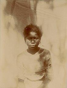 Isang makabagong larawan ng isang batang babaeng Ita, isang Negrito.