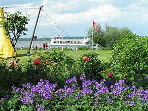 Kurpark Bad Zwischenahn. Im Hintergrund der Schiffsanleger am Zwischenahner Meer