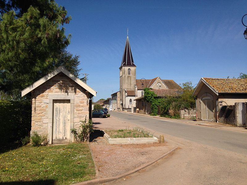 Rue principale du village avec vue sur l'église