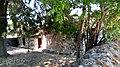 Η εκκλησία εξωτερικά από τον περίβολο.jpg