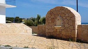 Greek: Η παρούσα απεικονίζει πέτρινη βρύση στη...