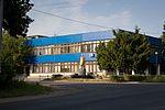 Здание с пяматником (2012.07.10) - panoramio.jpg
