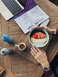 Завтрак фуди: овсяная каша с медом, клубникой, голубикой, бананом и кокосовой стружкой