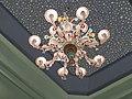 נברשת צבעונית משתלשת מתקרה מעוטרת בכוכבי השמים.JPG