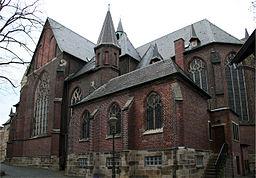 """Außenaufnahme des Seiten- und Längsschiffes der kath. Kirche """"St. Peter"""" in der Innenstadt von Waltrop (gegenüber dem sog. """"Tempel"""")"""