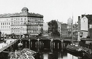 Weidendammer Bridge - The bridge in 1881, in the background the New Synagogue