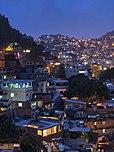 Établissements informels construits à flanc de colline à Rocinha, Rio de Janeiro, Brésil au crépuscule