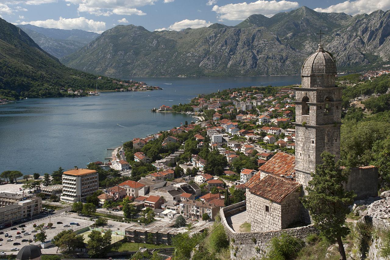 L'église Notre-Dame-de-Santé dominant les bouches de Kotor à Kotor, au Monténégro. Cette baie de l'Adriatique fait partie du Club des plus belles baies du monde.  (définition réelle 4256×2832)