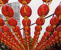 2016 Singapur, Chinatown, Ulica Telok Ayer, Czerwone chińskie lampiony zawieszone nad ulicą (03).jpg