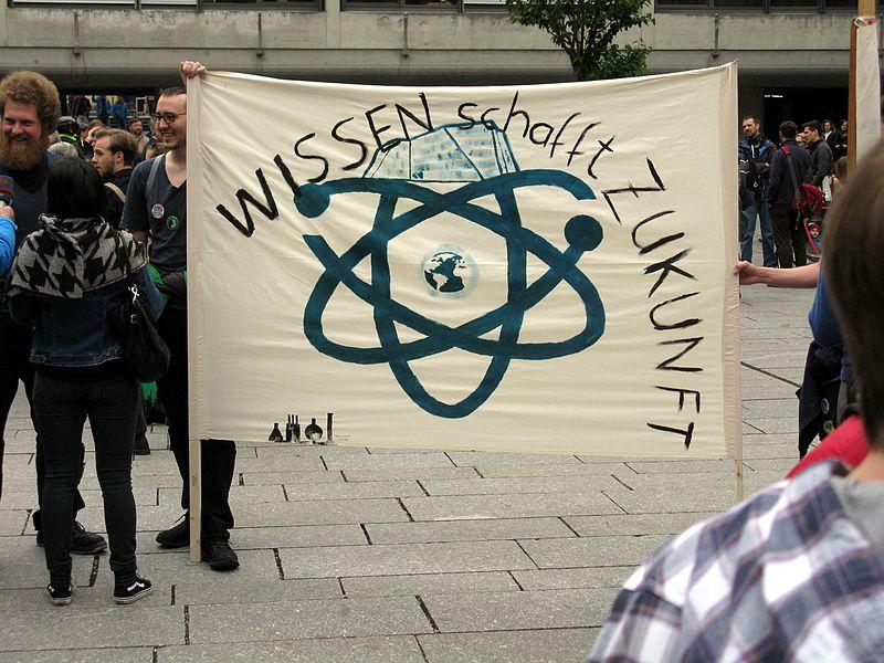 File:2017-04-22, March for Science in Freiburg, Transparent Wissen schafft Zukunft auf dem Platz der Weißen Rose.jpg