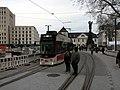 2017-12-13, Umbau des Verkehrsknotens am Siegesdenkmal in Freiburg, die Stadtbahn fährt wieder, im Hintergrund.jpg