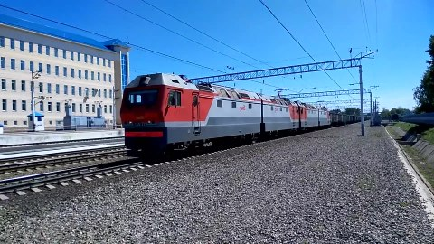 Файл:2ES6-225 with freight train.webm