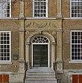 Aanzicht ingangspartij linker zijgevel met reliëf - Breda - 20360463 - RCE.jpg