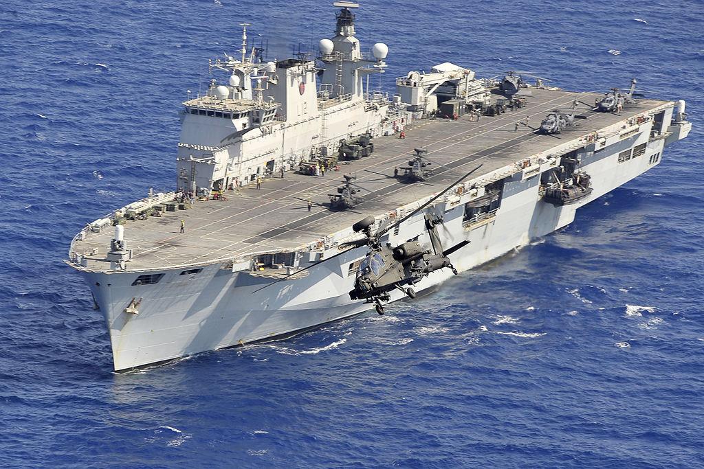 حاملة المروحيات البريطانية HMS Ocean 1024px-Apache_Helicopter_Takes_off_from_HMS_Ocean_During_Operation_Ellamy_MOD_45153052