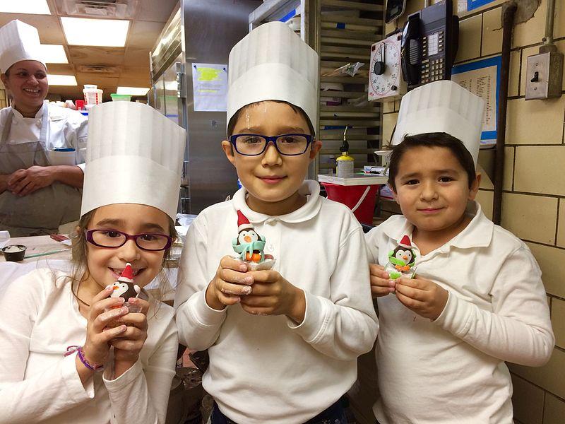 En el Greenbrier resort, en White Sulphur Springs, Virginia (Estados Unidos), los niños participaron en el día del aprendizaje y probaron 5 trabajos diferentes, lo que incluía: gastronomía (cocina y pastelería), ingeniería, hospitalidad, gestión, deportes y ocio. Fuente: Wikipedia.