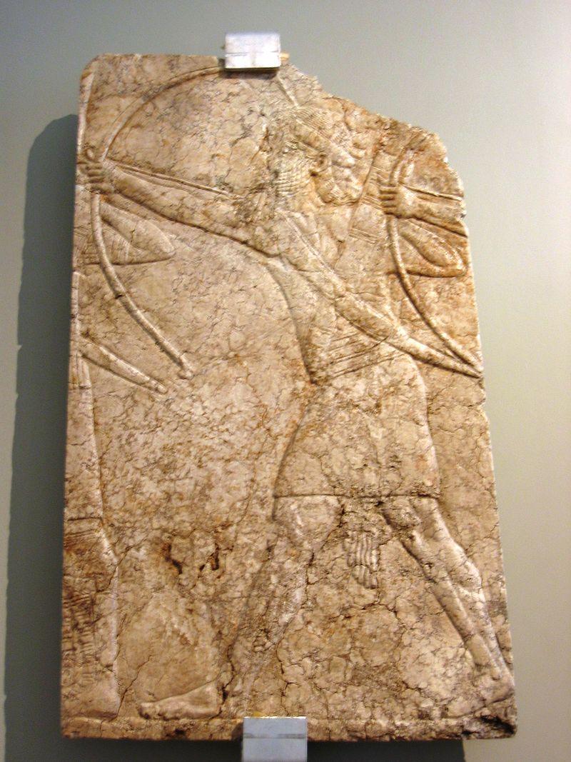 Arcieri assiri che scoccano la freccia dal proprio arco, epoca di Assurbanipal, calcare alabastrino, rilievo dal Palazzo di Ninive.JPG