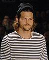 Ashton Kutcher, o modelo mais esperado dessa edição da SPFW @ São Paulo Fashion Week em Junho de 2011 cropped.jpg