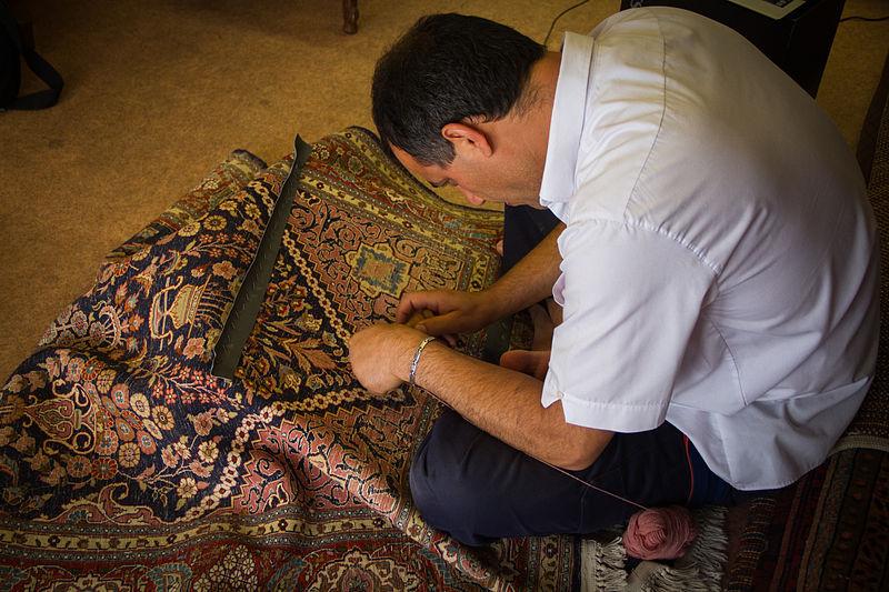 File:Atelier de restauration de tapis anciens 04.jpg