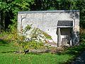 Aumont-en-Halatte (60), lavoir - façade sud et bassin extérieur, chemin du Lavoir.jpg