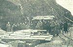Avstrijski delegati pred vhodom italijanske kaverne na Podgori.jpg