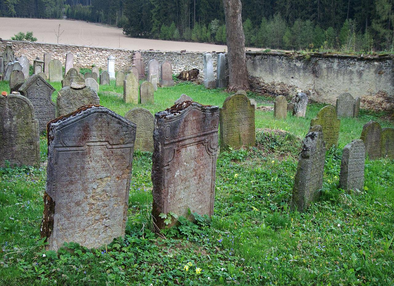 Běleč - židovský hřbitov - náhrobky v JV rohu.jpg