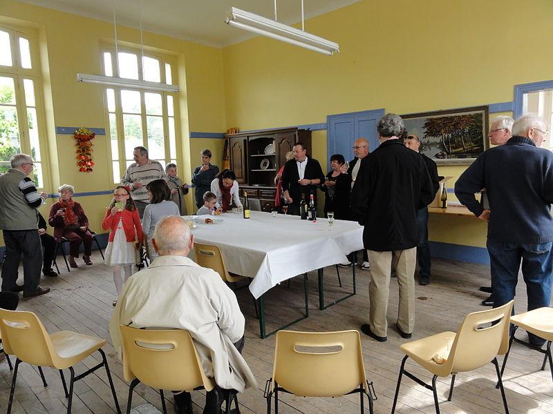 Bièvres (Aisne) Cérémonie commémorative 70e, 8 mai 2015. Le vin d'honneur dans l'ancienne classe de l'école