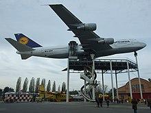 Вид снизу музейного самолета, поднятого на подкосах.