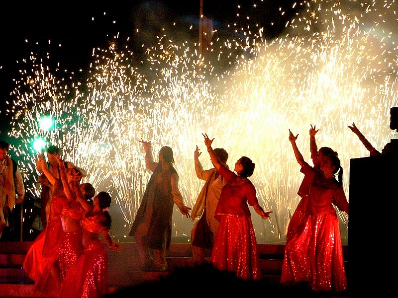 Fichier:Bollywood dance show in Bristol.jpg